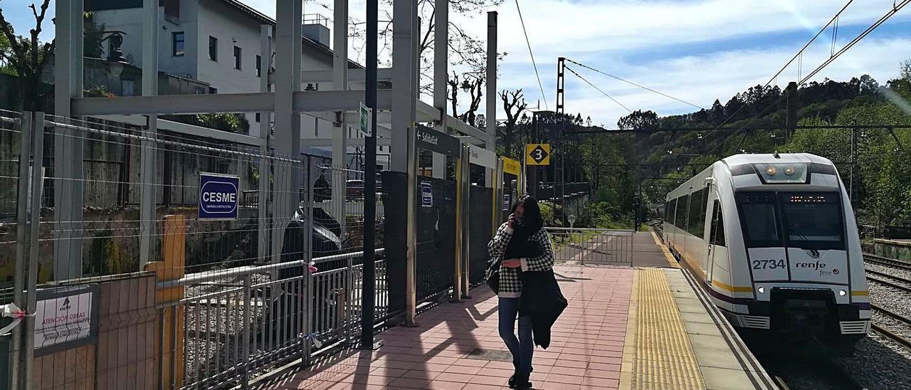 Estado actual de la estructura metálica para la pasarela, en la estación de tren de la Pola. | P. Tamargo