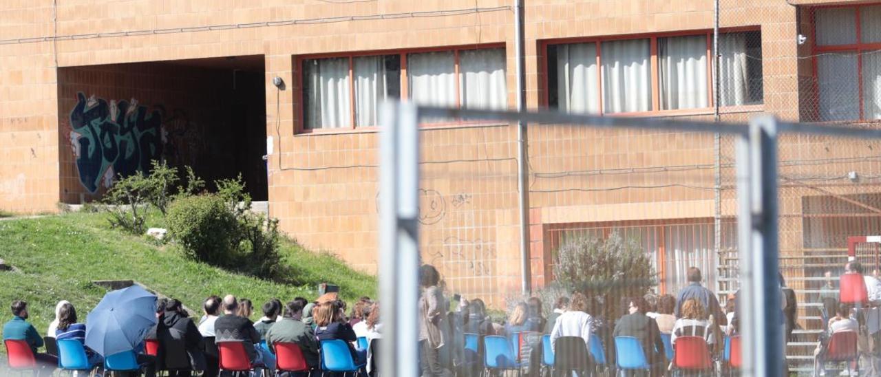 Profesores celebrando un claustro en un patio de un centro de Oviedo.