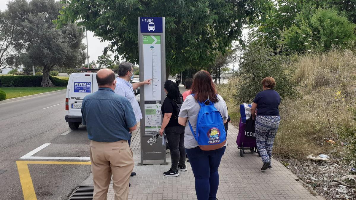 Vecinos esperando el paso del autobús de la línea 7 de la EMT en una de las nuevas paradas que ha entrado en servicio esta mañana.