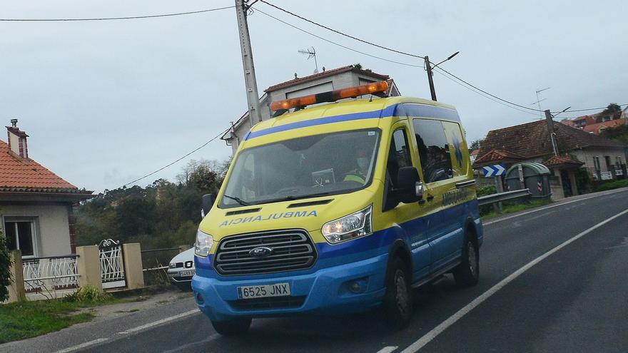 Muere el conductor de una furgoneta tras volcar en Melide