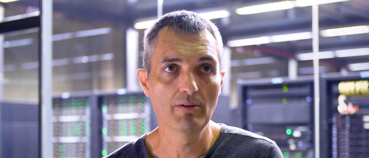 El científico Víctor Guallar frente al supercomputador en Barcelona.
