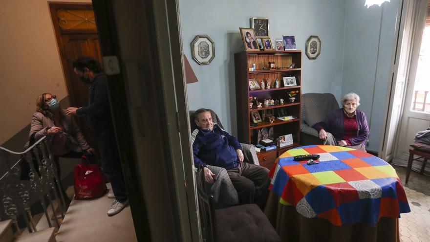 Vivienda estudia cómo paralizar el desahucio de las 16 familias cuyos pisos quieren convertir en apartamentos turísticos