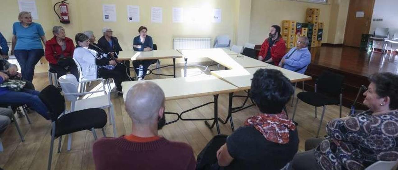 """Asistentes a la presentación de """"La Lechera"""", con Domingo Morcillo en la mesa de la derecha."""