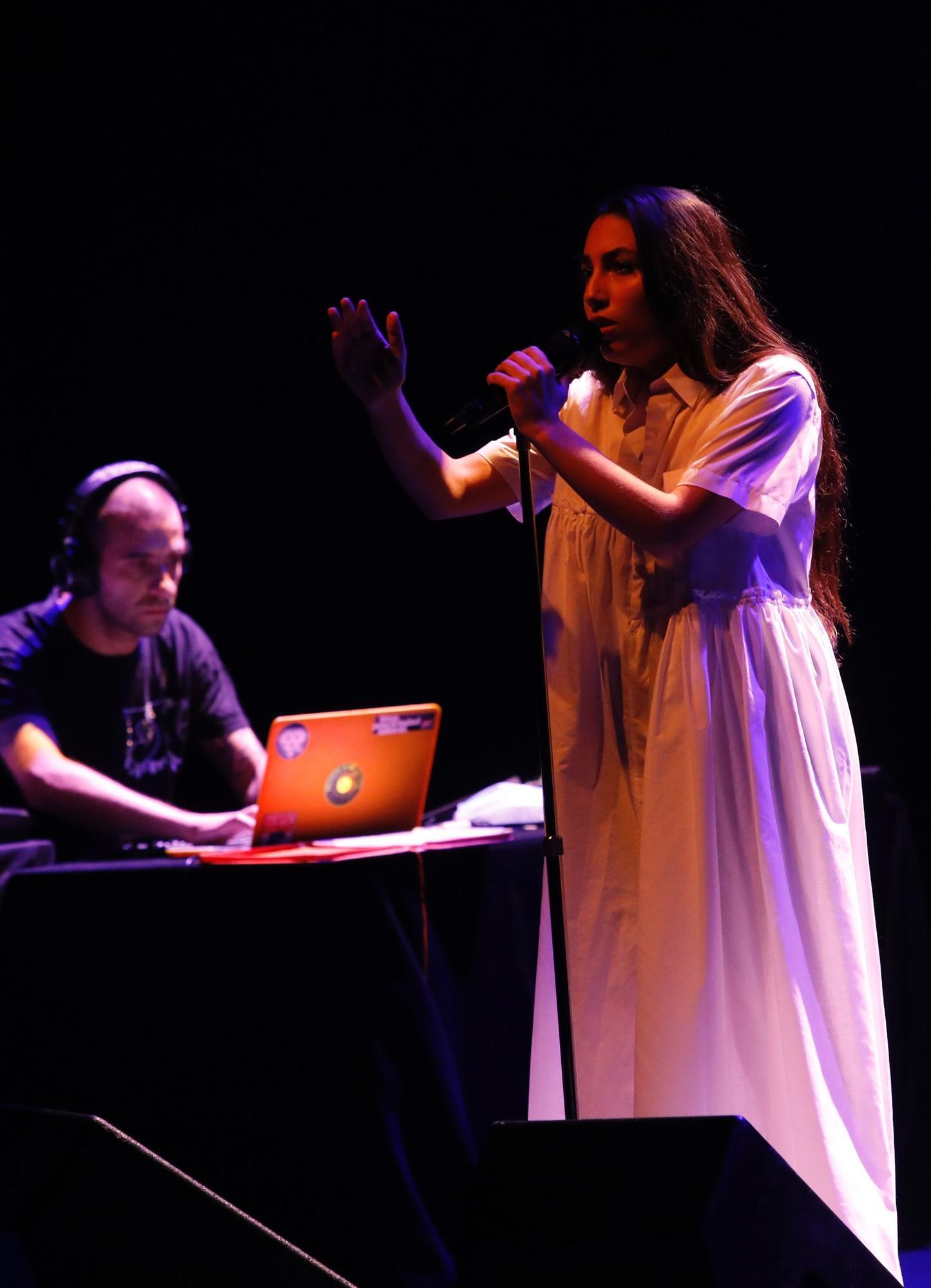 Concierto de María José Llergo en el teatro de la Laboral