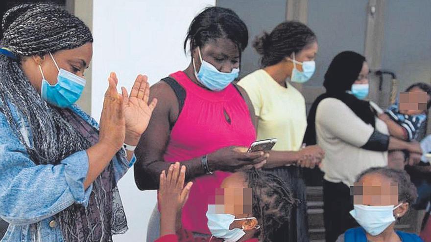Madres africanas, ayer, con sus hijose hijas en Fuerteventura, tras el reagrupamiento.