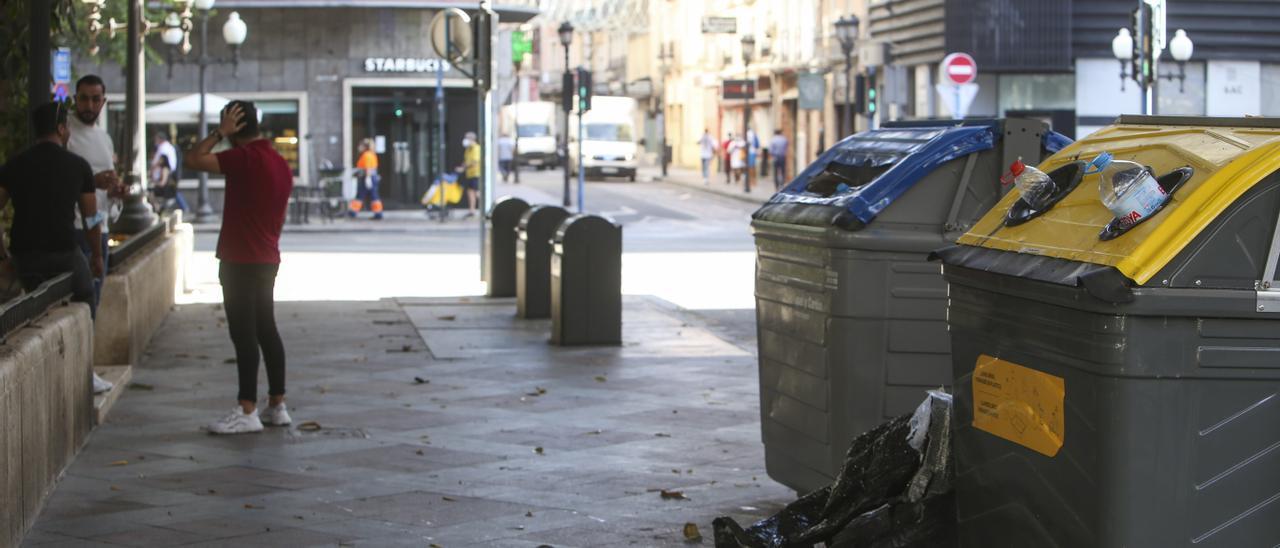 Contenedores de basura en el centro de Alicante