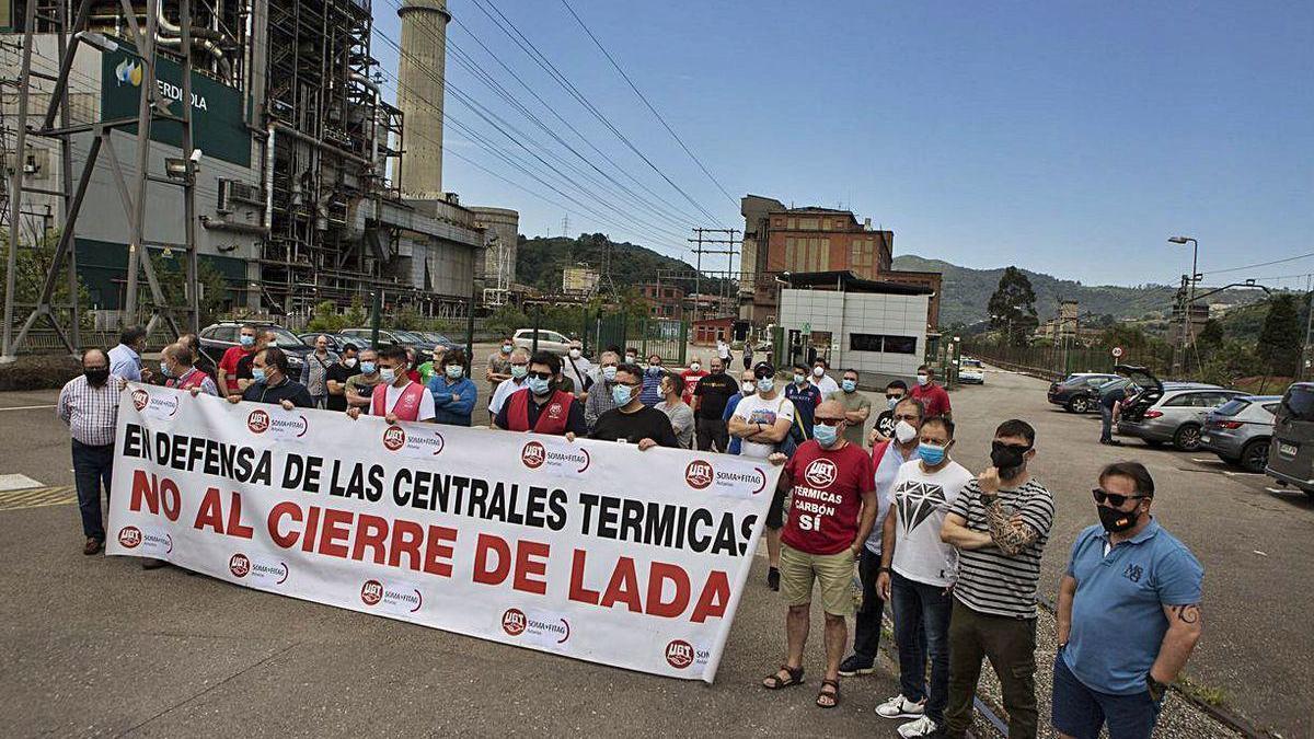 Los trabajadores de la térmica de Lada, tras la asamblea.