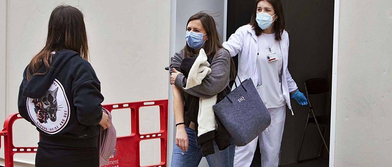 Momento de la vacunación realizada ayer en el Centro de Salud Ontinyent II, en la avenida Albaida | PERALES IBORRA