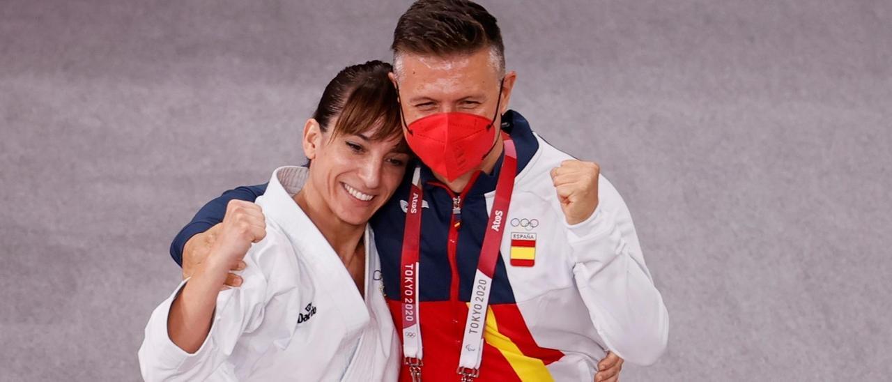Sandra Sánchez, junto a su entrenador