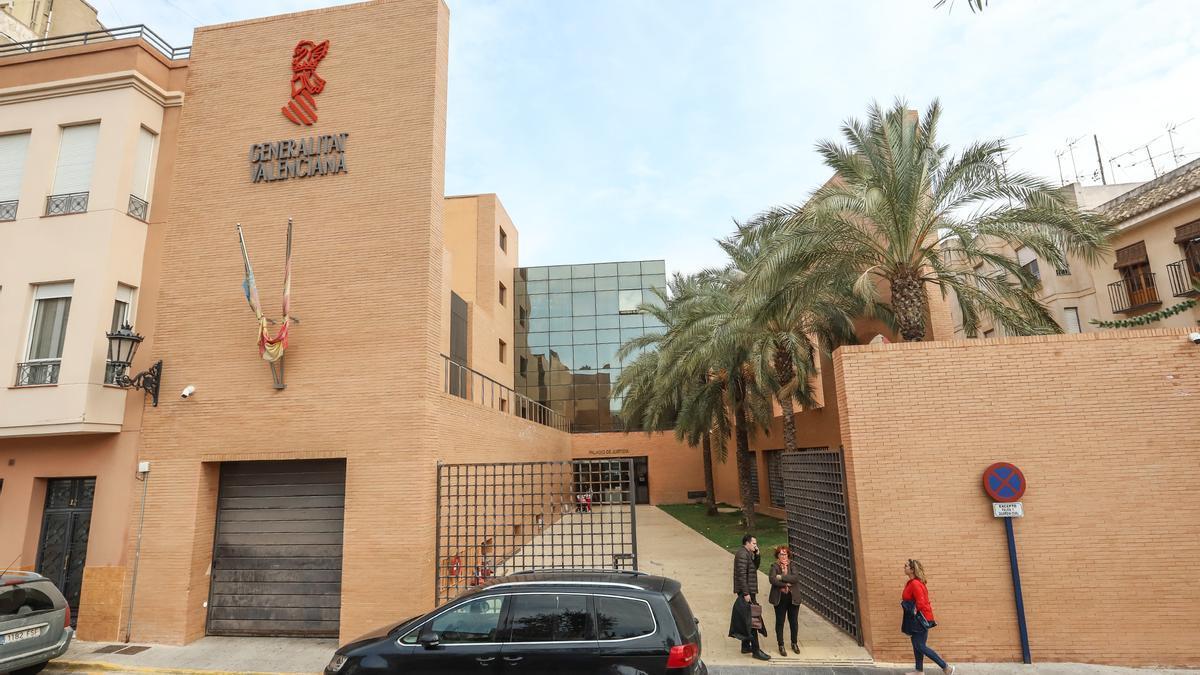 Exterior de las instalaciones que albergan los juzgados de Orihuela en la plaza de Santa Lucía.