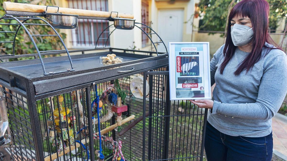 Eva Meca, desolada, junto a la jaula vacía de su loro.  iván urquízar