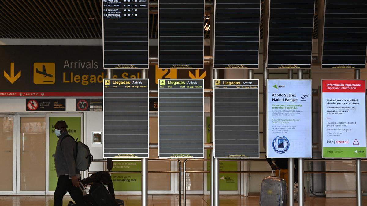 Un turista en el aeropuerto de Barajas.
