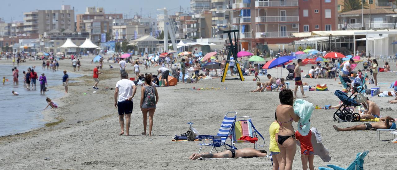 Bañistas en la playa en Santa Pola.