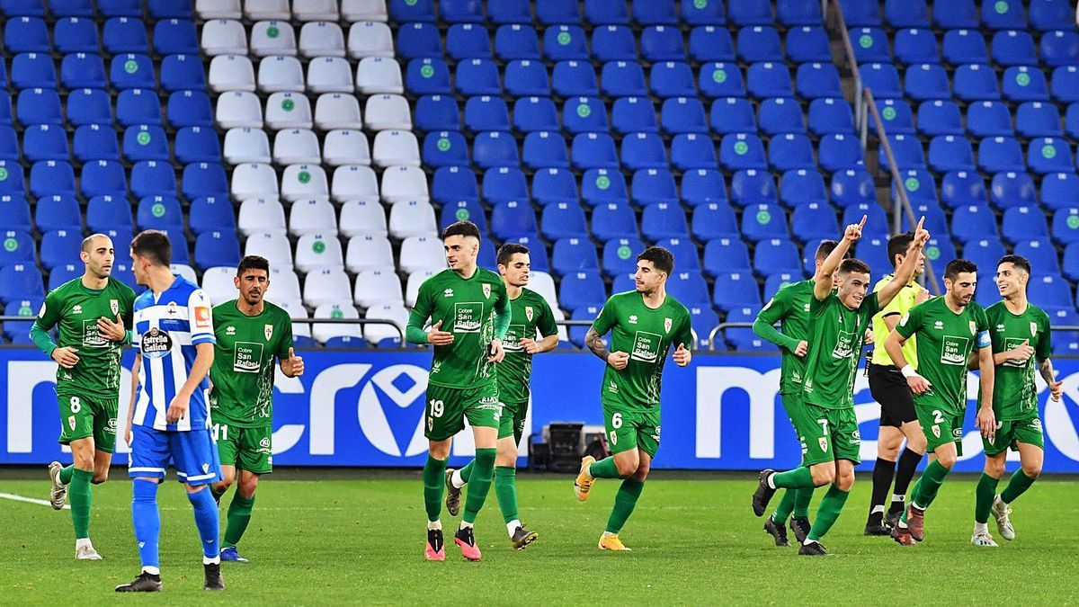 Los jugadores del Compostela celebran uno de sus goles contra el Deportivo en Riazor. |  // VÍCTOR ECHAVE