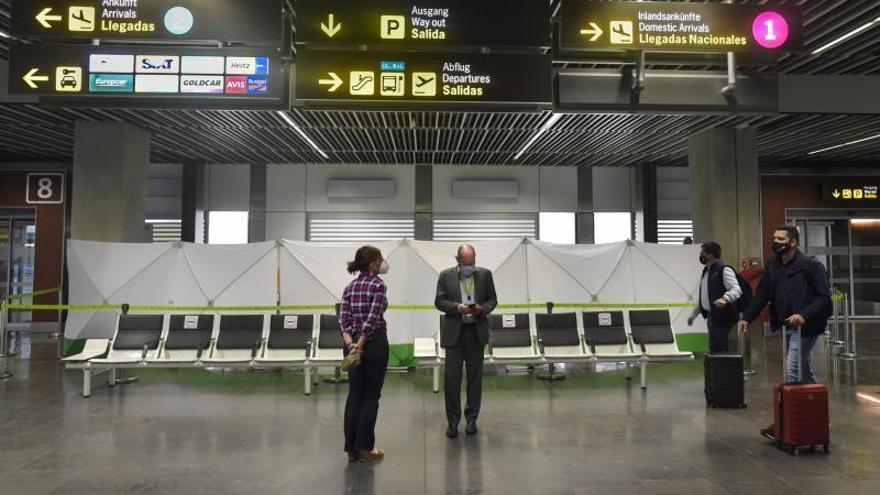 Los turistas cumplen con la obligación de la PCR, más cara que el billete de avión
