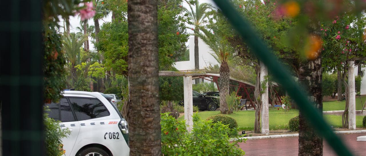 Un coche de la Guardia Civil en el interior de la vivienda. Vicent Marí