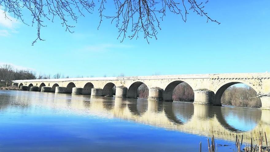 Vista general del puente de piedra, tras la ejecución de la primera fase del proyecto de restauración.