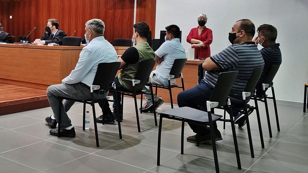 Cinco de los seis acusados, ayer, en el banquillo de la Audiencia Provincial de Zaragoza.
