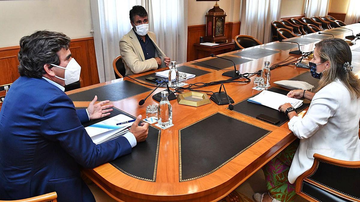 Martín Fernández Prado, Juan Díaz Villoslada y Ethel Vázquez, ayer en la reunión entre el Puerto, el Concello y la Xunta. |   // VÍCTOR ECHAVE