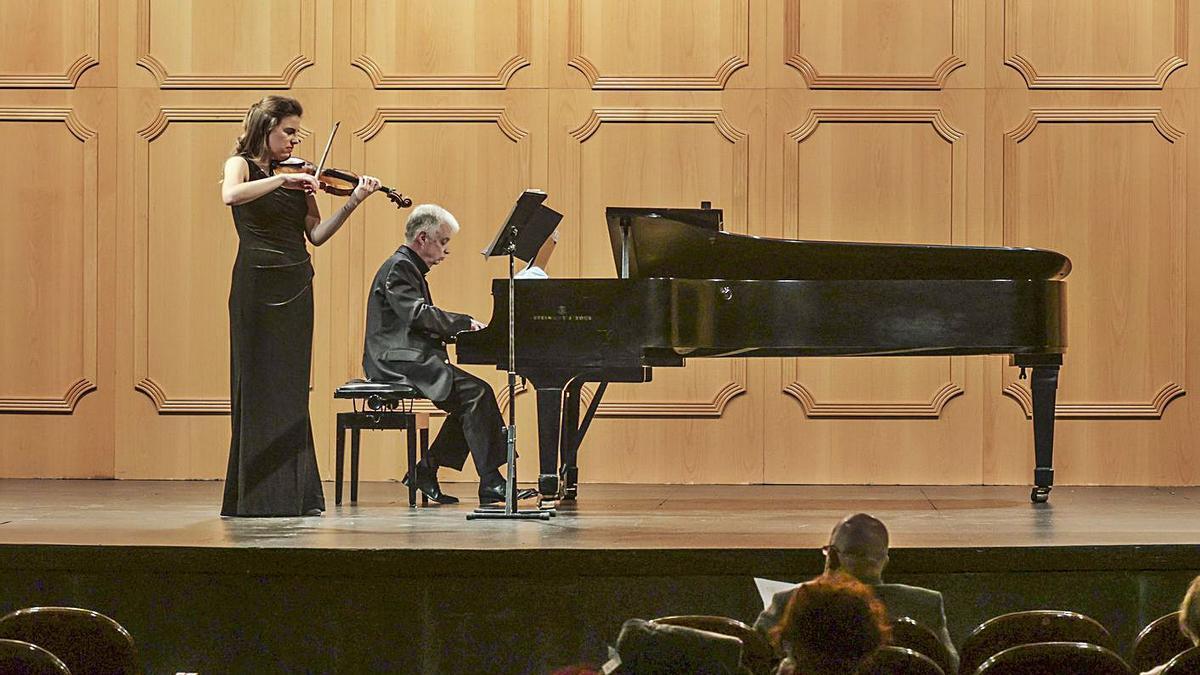 Lucía Veintimilla (violín) y Sergey Bezrodny (piano), ayer, en el concierto de la Sociedad en el Filarmónica. | Irma Collín