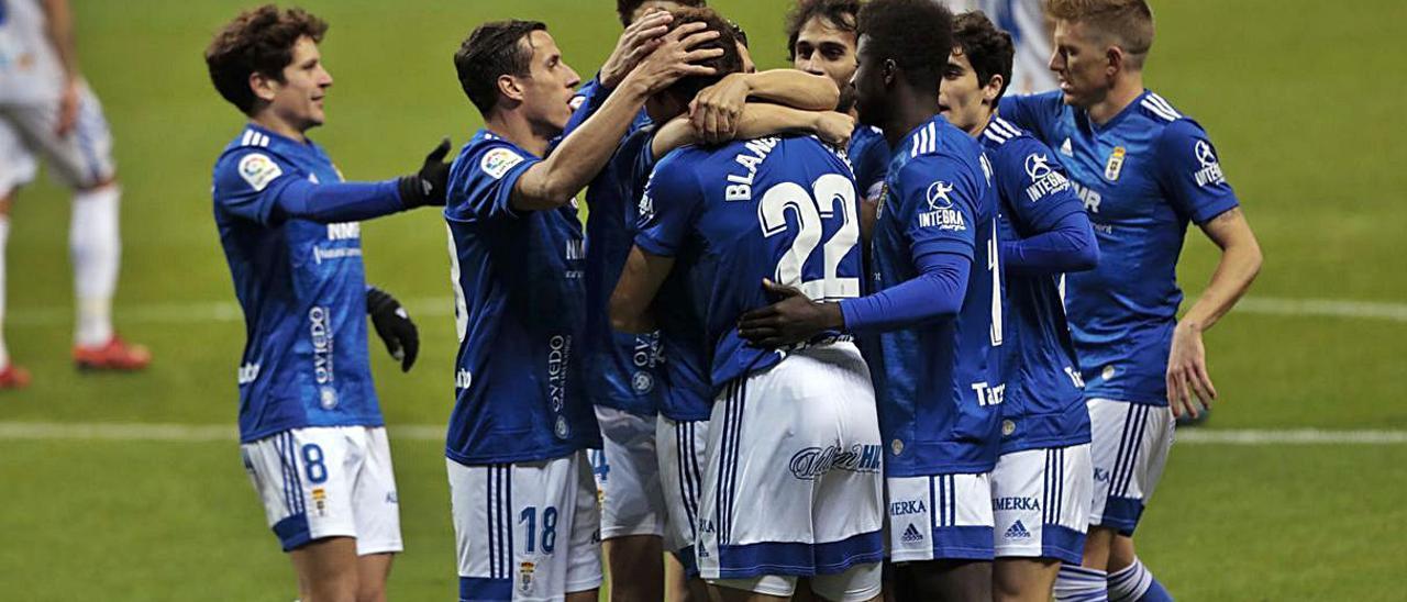 del bajón... Los oviedistas Sangalli, Edgar y Mossa se lamentan por un gol recibido  ante el Logroñés en el Tartiere (2-3). | Irma Collín