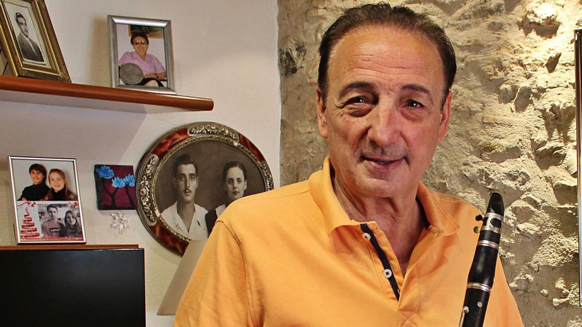 Albert Monjó, al menjador de casa, on hi ha la foto dels seus pares