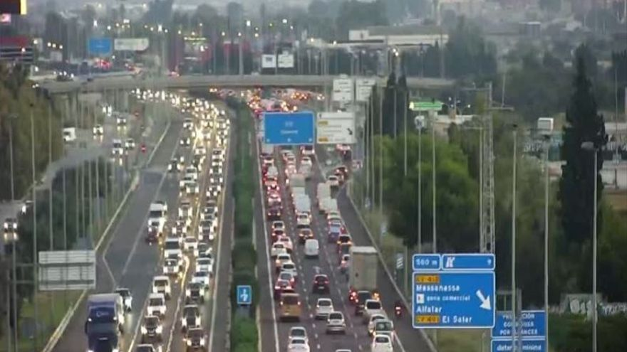Dos accidentes en la V-30 y la V-31 causan atascos kilómetricos en los accesos a València