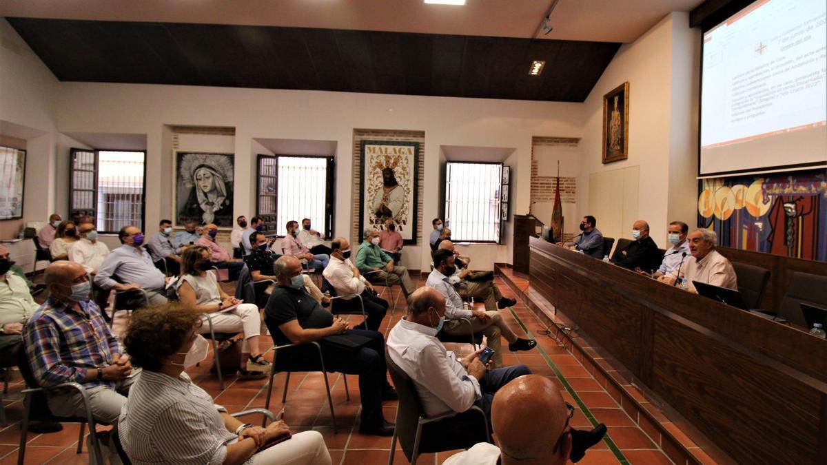 Una imagen de la Junta de Gobierno de la Agrupación de Cofradías de este lunes.