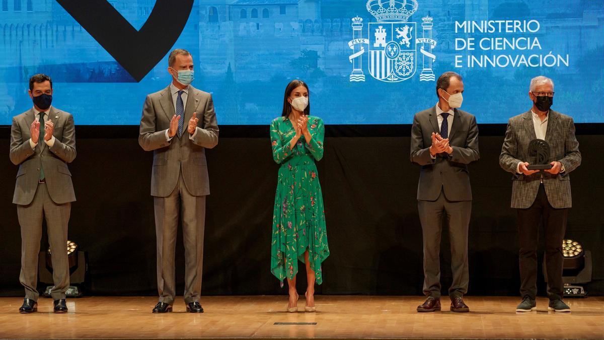 El valenciano Pepe Gimeno (derecha) junto a los Reyes y el ministro.