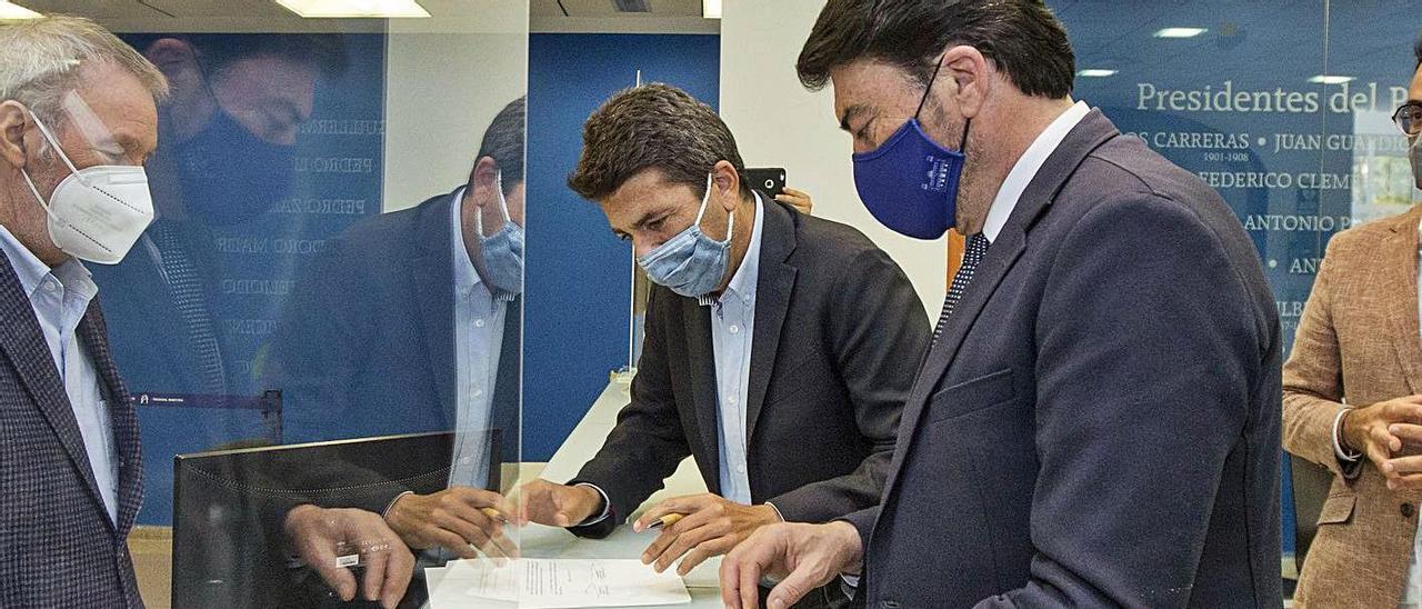Gisbert, Mazón y Barcala, durante el registro del documento de intenciones en marzo. |