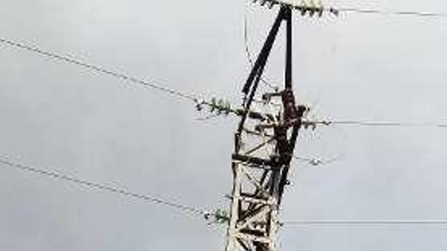 Vecinos del barrio porriñés de Pego advierten del peligro de derrumbe de una torreta de media tensión