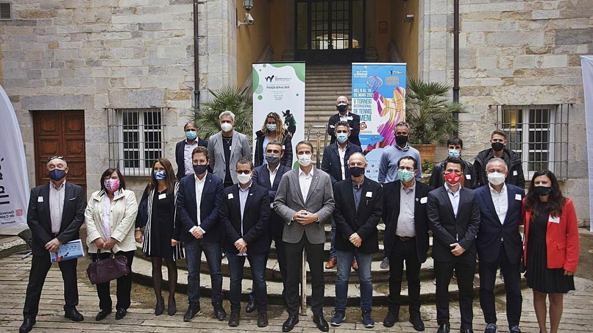 La foto de família de tots els protagonistes de la presentació dels tornejos ahir a Girona.