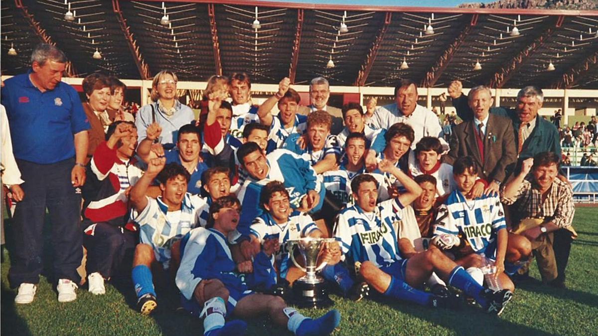 Los jugadores del Deportivo juvenil celebran sobre el césped junto al cuerpo técnico y representantes de la directiva del club el título nacional logrado en 1996 en la fase final disputada en Puertollano y tras derrotar en la final al Madrid por 2-1. |  // LA OPINIÓN