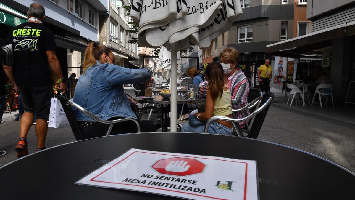 Clientes en la terraza de un bar de A Coruña el sábado pasado.