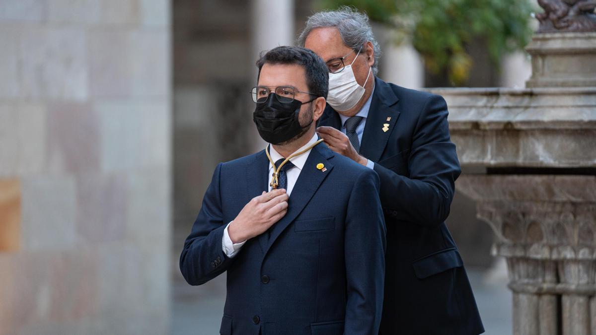 El expresidente de la Generalitat, Quim Torra, impone la medalla de presidente de la Generalitat a Pere Aragonès.