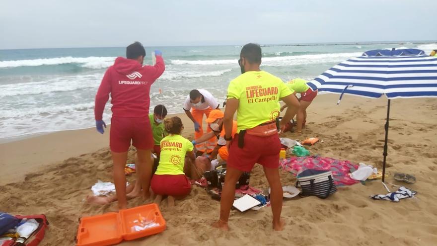 Los socorristas salvan la vida a un bañista en El Campello que sufrió un ataque epiléptico