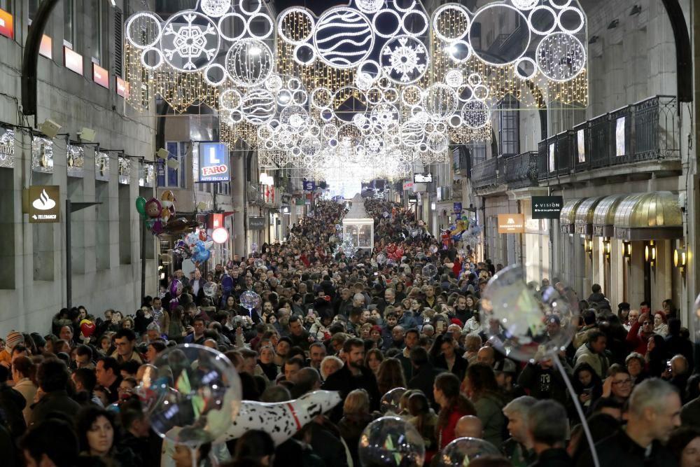 Cientos de personas llenan las calles de Vigo