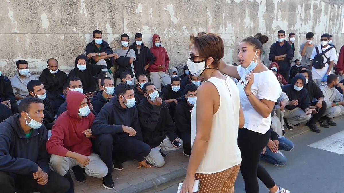 La alcaldesa de Mogán ante un grupo de migrantes.