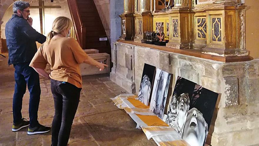 Del Campo y Vila supervisan el orden de una colección de obras. | M. J. C.