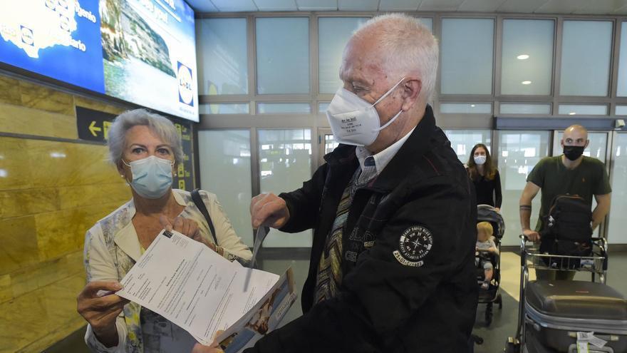 Los turistas cumplen con la obligación de la PCR, más cara que el avión