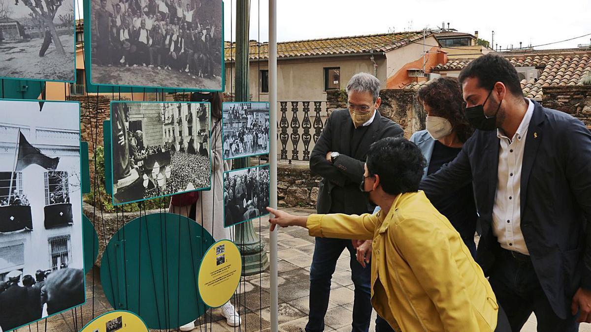 Autoritats veient l'exposició «Tres dies d'abril. 90 anys de la proclamació de la república».    GERARD VILÀ/ACN
