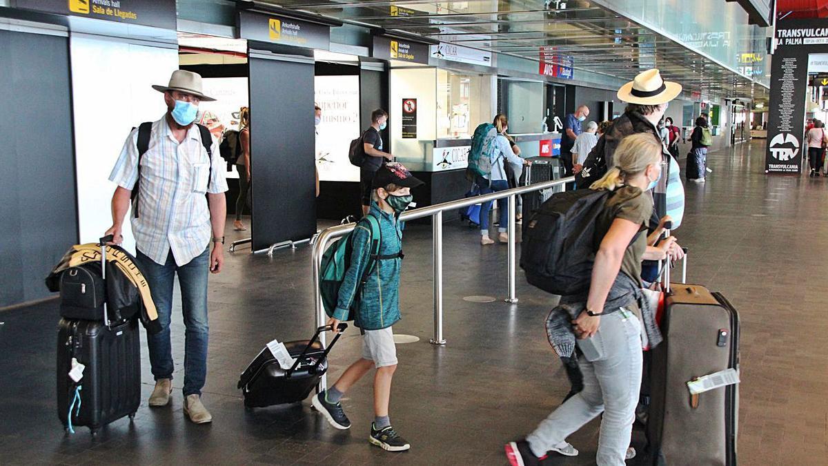 Llegada de turistas al aeropuerto de La Pama.