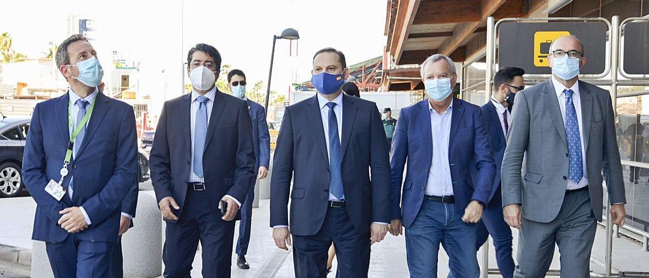 José Luis Ábalos (centro) ayer en Tenerife acompañado por Sebastián Franquis (derecha) y Pedro Martín (izquierda).