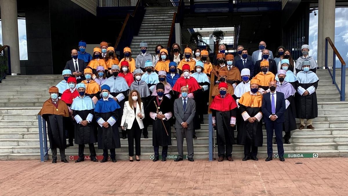 Foto de familia de asistentes al acto inaugural del curso en la Universidad Loyola