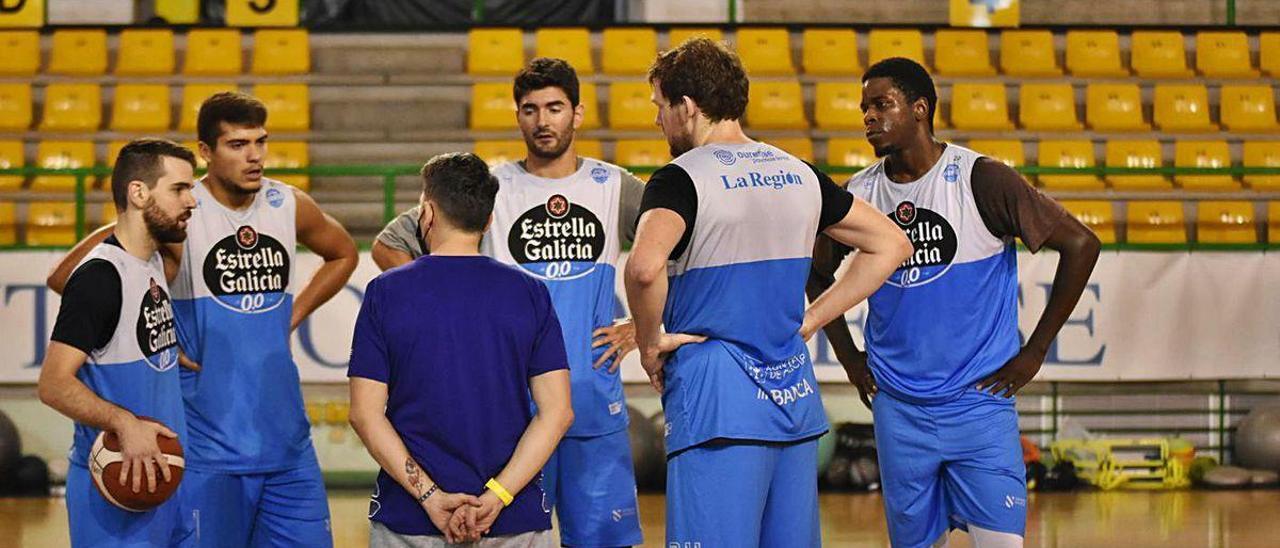 Gonzalo García, el viernes en el Paco Paz durante un aparte con cinco de sus jugadores.