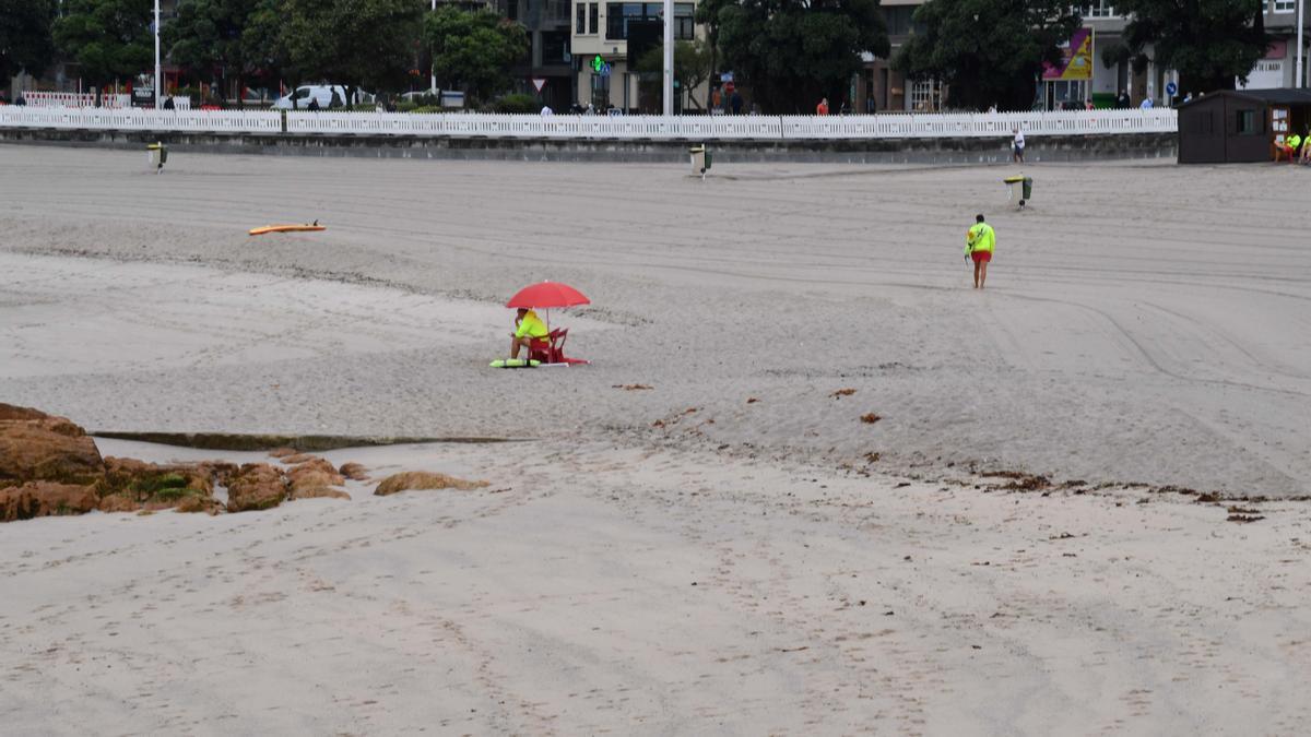 Playa de Riazor vacía debido al mal tiempo.
