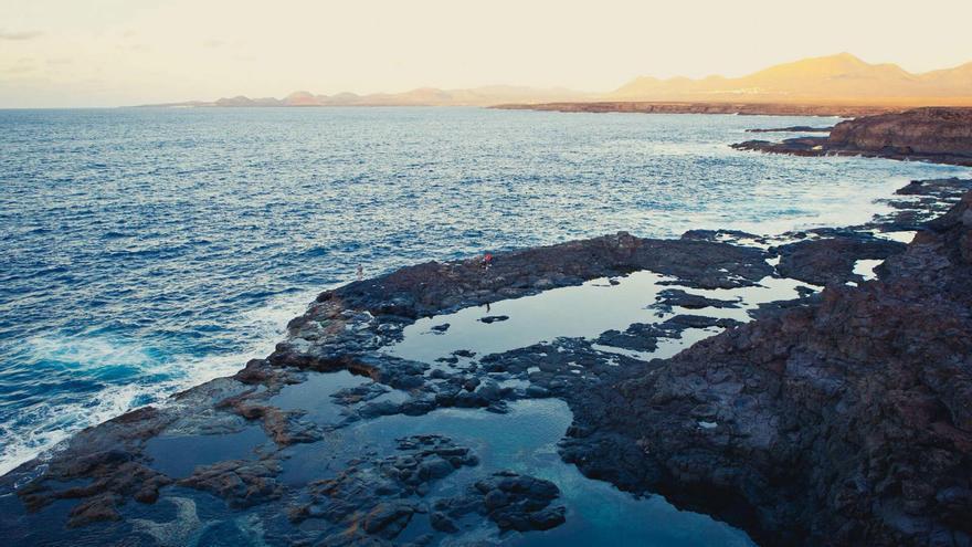 Un pescador muere al caer al mar en Yaiza
