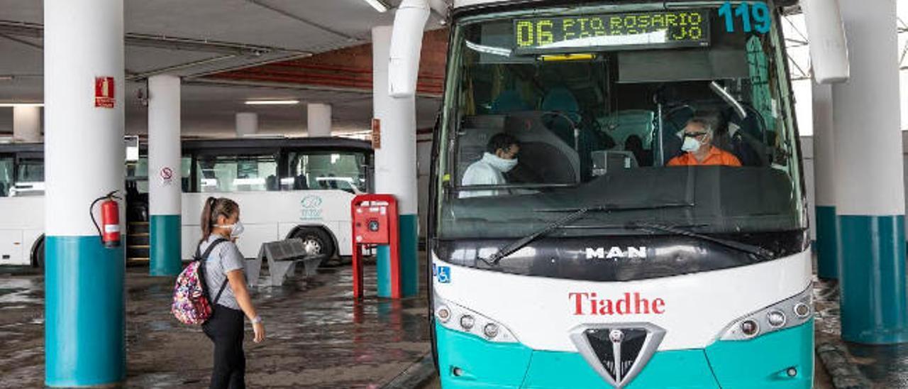 Dos viajeros en la estación se suben a la guagua de la línea 6 de Puerto del Rosario-Corralejo.