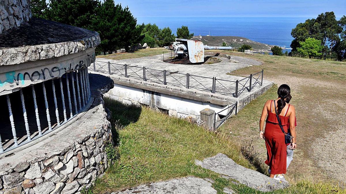 Antiguas instalaciones militares situadas dentro del parque de Monticaño.   | // VÍCTOR ECHAVE