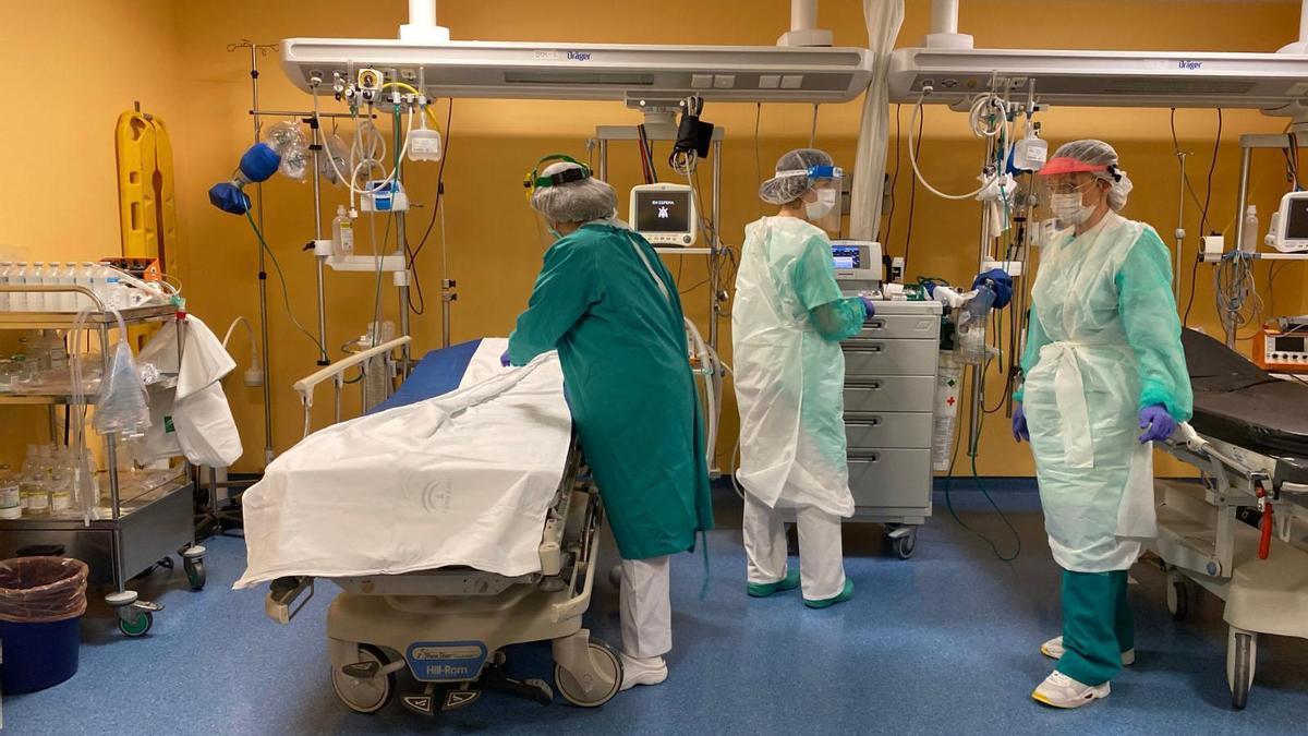 Profesionales en el interior de la uci del hospital Infanta Margarita de Cabra.